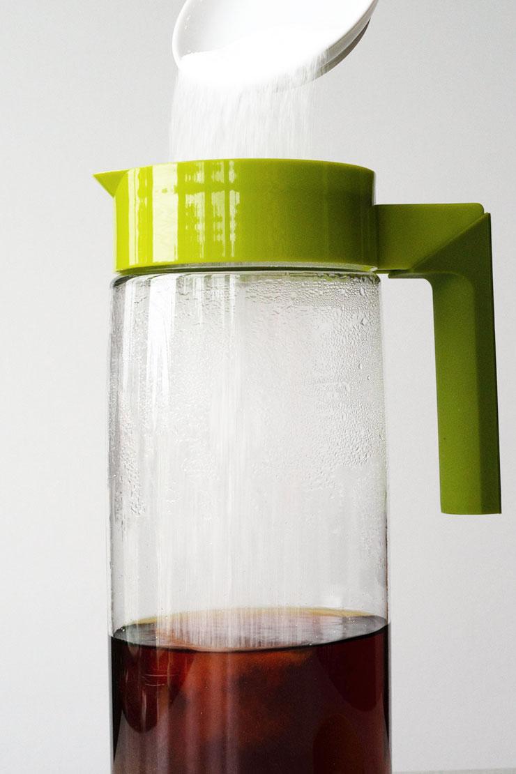 Adding sugar to lemon iced tea