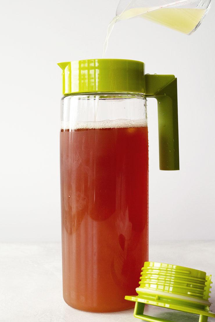 Adding lemon juice to black tea