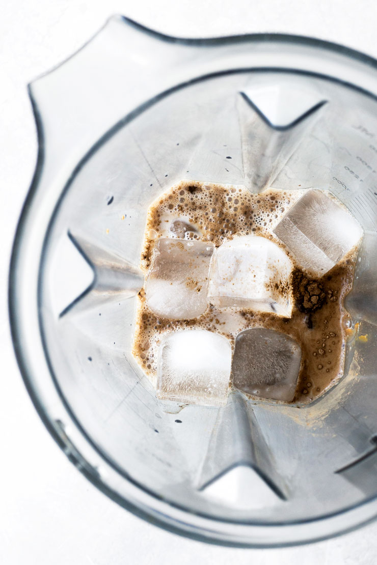 Hojicha frappuccino ingredients in a blender
